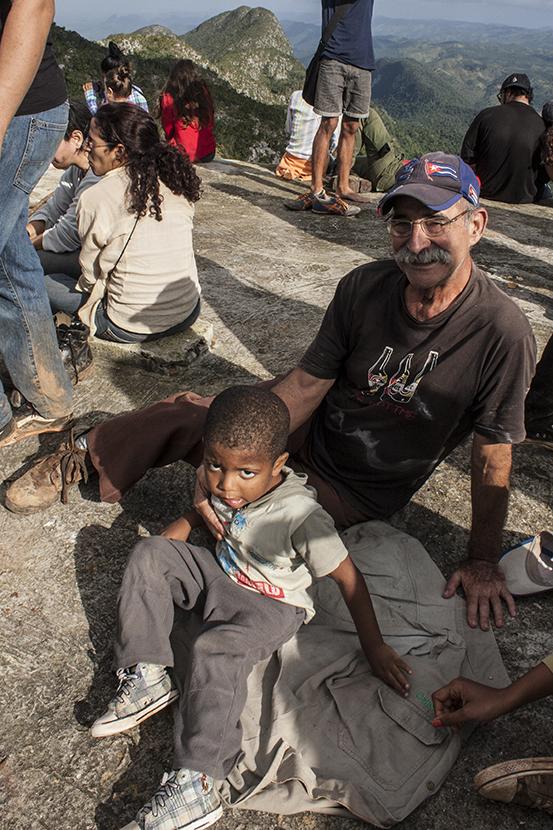 Samuelito de 3 años y Alejo, de 71. No existen límites para subir y honrar a quien diera por la libertad de Cuba su vida.