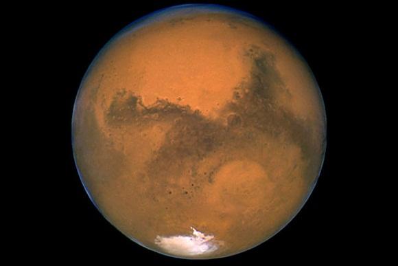 El dióxido de carbono, principal componente de la atmósfera marciana, se condensa en cuanto la temperatura en la superficie baja hasta el punto de congelación.