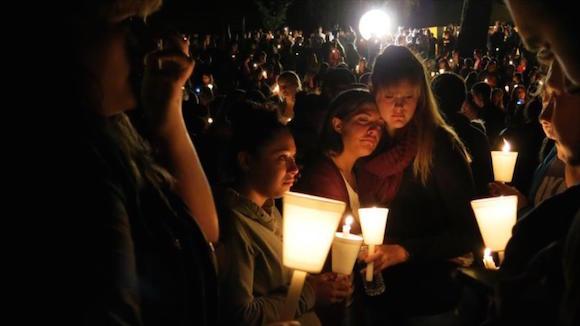 Estadounidenses sostienen velas durante una vigilia en Roseburg, en el estado de Oregón (oeste de EE.UU.). Foto: AP