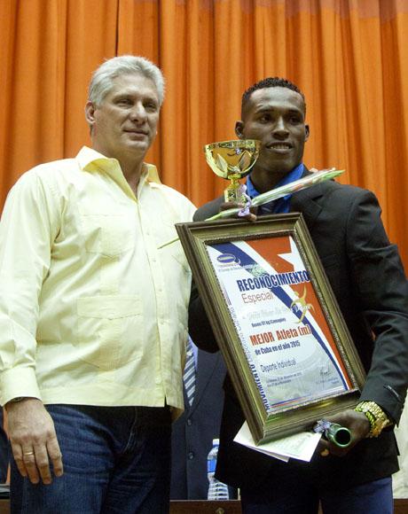 Julio Cesar La Cruz, mejor atleta del año en Cuba en deporte Individual.  Foto: Ismael Francisco/Cubadebate.