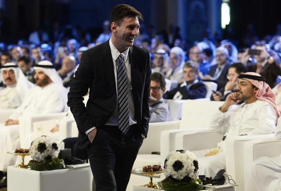 Messi sube a recoger el trofeo del el Globe Soccer Award. Foto: Lapressse/ Fabio Ferrari.