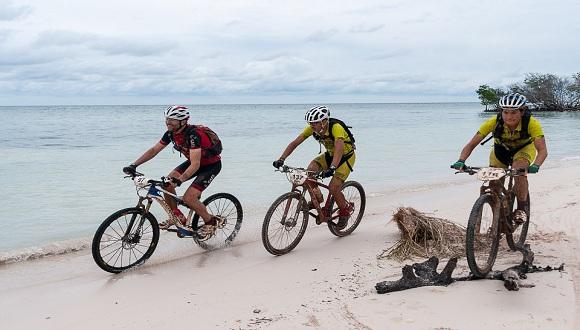 Ciclistas pedalean cerca del mar durante la quinta etapa Viñales-Cayo Jutia (73 km) durante de la Titán Tropic Cuba de ciclismo de montaña, el jueves 10 de diciembre de 2015. FOTO de Calixto N. Llanes/Juventud Rebelde (CUBA)