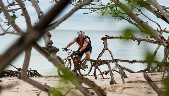 Joan Montaner pedalea durante la quinta etapa Viñales-Cayo Jutia (73 km) durante de la Titán Tropic Cuba de ciclismo de montaña, el jueves 10 de diciembre de 2015. FOTO de Calixto N. Llanes/Juventud Rebelde (CUBA)