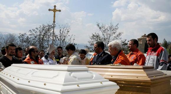 Un cura habla durante el funeral de una madre y su hijo, el 9 de abril de 2009, en Poggio Picenza, a unos 15 km de Abruzzo, Italia