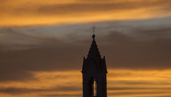 Torre de la Parroquia de San Francisco de Paula, en el barrio de la Víbora, en La Habana. Imagen del atardecer del 24 de diciembre de 2015. Foto: Ismael Francisco/ Cubadebate