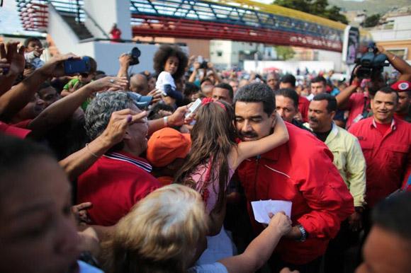 Nicolás Maduro saluda al pueblo al llegar a la votación.
