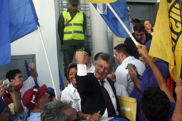 Vea los ofensivos gestos de Ramos Allup durante juramentación de nuevos diputados. Foto: Juan Carlos Neira/ YVKE
