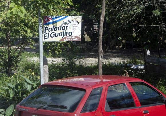 Las paladares en la autopista son parte del paisaje de algunas provincias centrales del país. Foto: Ismael Francisco/Cubadebate.