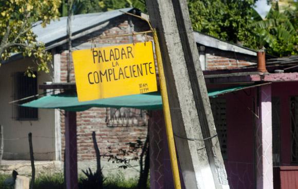 Los nombres responden a los apellidos de los dueños o a sus ofertas. Foto: Ismael Francisco/Cubadebate.