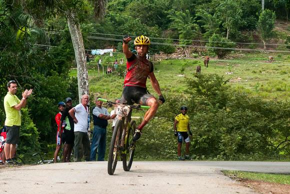 Atleta recorre la primera etapa La Habana-Las Terrazas durante Titán Tropic Cuba. Foto: Calixto N. Llanes.