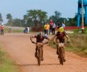 Atletas recorren la primera etapa La Habana-Las Terrazas durante Titán Tropic Cuba de mountain bike. Foto: Calixto N Llanes.