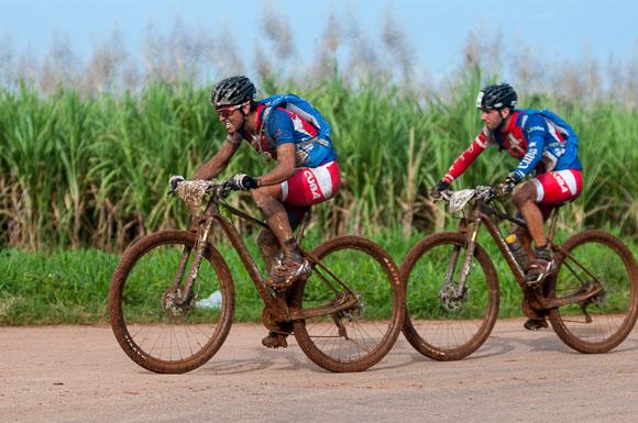 Atletas cubanos recorren la primera etapa La Habana-Las Terrazas durante Titán Tropic Cuba de mountain bike. Foto: Calixto N Llanes.