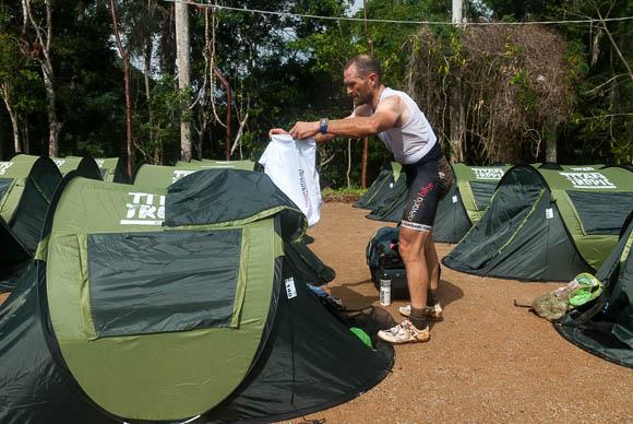 Atleta acomodan sus pertenencias en su casa de campaña tras la primera etapa La Habana-Las Terrazas durante Titán Tropic Cuba. Foto: Calixto N Llanes.