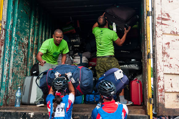 Atletas entregan las maletas antes de correr la primera etapa La Habana-Las Terrazas durante Titán Tropic Cuba de mountain bike. Foto: Calixto N Llanes.