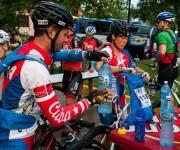 Atletas llenan sus pomos de agua antes de correr la primera etapa La Habana-Las Terrazas durante el Titán Tropic Cuba de Mountain Bike el domingo 6 de diciembre de 2015. Foto: Calixto N. Llanes.