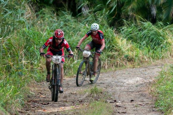 Atletas recorren la primera etapa La Habana-Las Terrazas durante Titán Tropic Cuba. Foto: Calixto N Llanes.