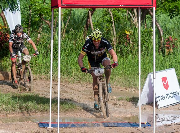 Atletas sobrepasan el primer control de pase de la primera etapa La Habana-Las Terrazas durante Titán Tropic Cuba de mountain bike. Foto: Calixto N Llanes.