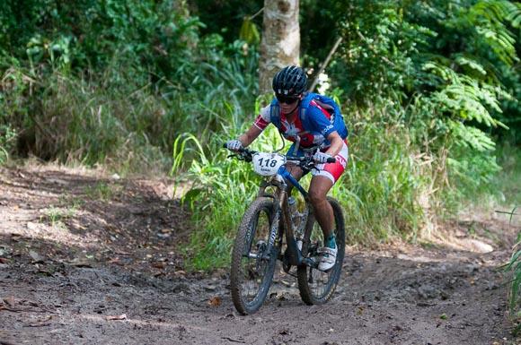 La cubana Danai Martínez recorre la primera etapa La Habana-Las Terrazas durante Titan Tropic Cuba de mountain bike. Foto: Calixto N Llanes.