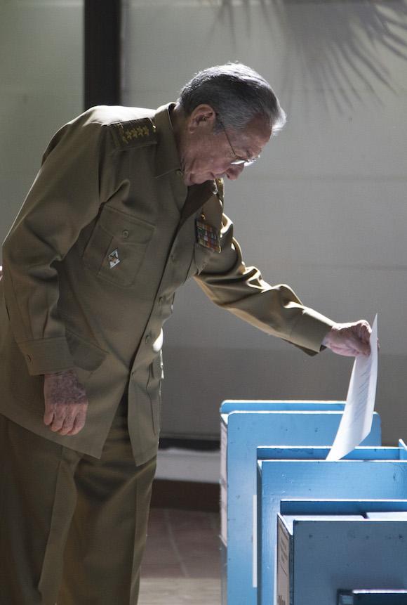 Raúl vota para elegir al nuevo miembro del Consejo de Estado. Foto: Ismael Francisco/ Cubadebate