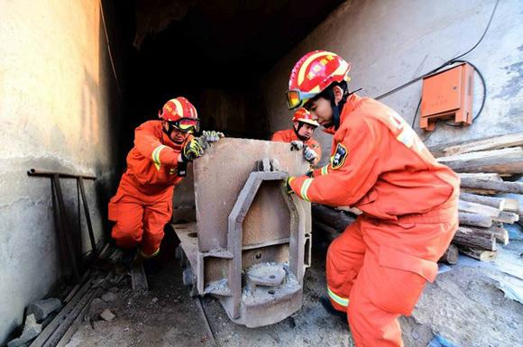 Acciones de rescate a los mineros que llevaban cinco días atrapados. Foto: Xinhua.