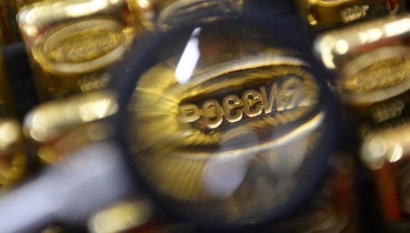 Lingotes de oro acuñados en una planta de procesamiento de metales preciosos de los Urales. Foto: Sputnik.
