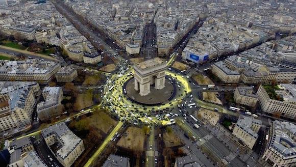 Rotonda del Arco de Triunfo pintada de amarillo por los activistas de Greenpeace. Foto: AP