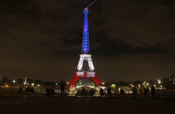 La Torre Eiffel con luces por los fallecidos en atentado terrorista en París. Foto: AP.