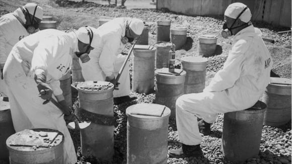 Trabajadores estadounidenses en el Laboratorio Nacional de Idaho desmantelan los embarcaderos de la fundación.
