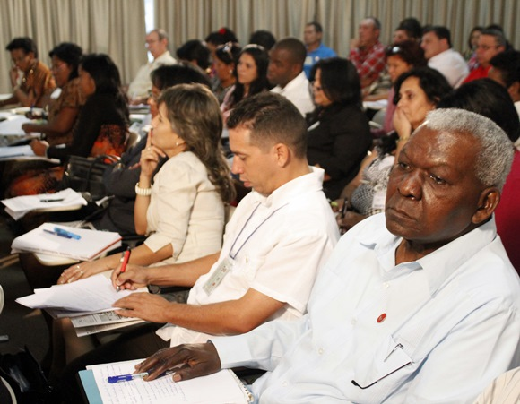 Esteban Lazo escucha desde el público el análisis de Marino Murillo en la Comisión de Asuntos Económicos. Foto: José Raúl Concepción/Cubadebate.