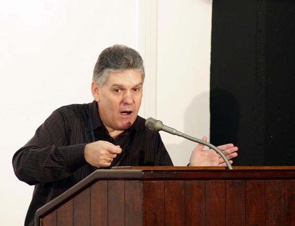 Alejandro Gil, viceministro primero de Finanzas y Precios, hace uso de la palabra en la Comisión de Industria, Construcciones y Energía. Foto: José Raúl Concepción/Cubadebate.