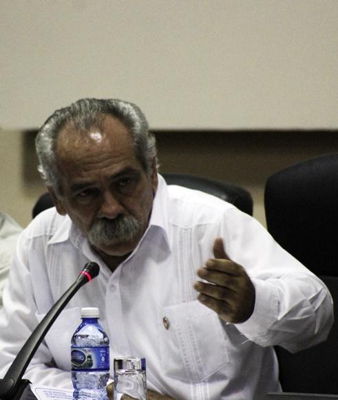 El doctor Jorge González, presidente de la Comisón de Salud y Deporte, durante la sesión conjunta de Servicios, Agroalimentaria y Salud. Foto: José Raúl Concepción/Cubadebate.