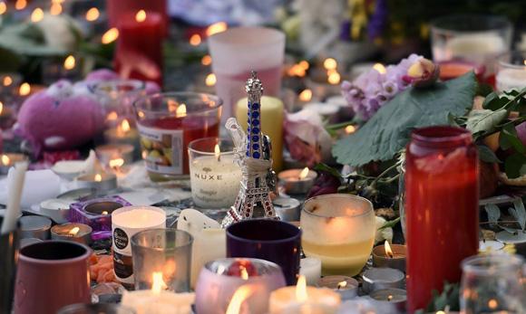 Velas y flores en homenaje a fallecidos en atentados 13 N. Foto: END.