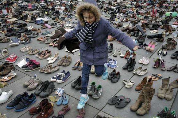 Manifestantes en París por Conferencia sobre el Cambio Climático usaron zapatos para recordar a las víctimas del 13N. Foto: AP.