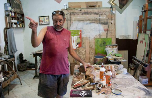 Ángel Ramírez en su estudio-taller La Sexta Puerta. Foto: Ladyrene Pérez/ Cubadebate.