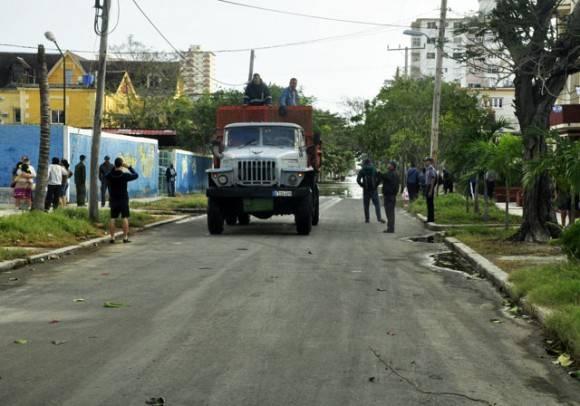 Unidades de evacuación y Orden Publico. Foto. Roberto Garaicoa Martínez.cubadebate