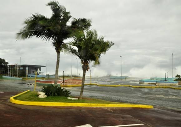 Las olas baten fuerte con el aire. Foto. Roberto Garaicoa Martínez