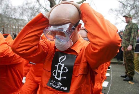 2 / 11 Activistas de la organización de derechos humanos Amnistía Internacional (AI) vestidos con monos naranja (como los presos de Guantánamo). EFE/Archivo Activistas de la organización de derechos humanos Amnistía Internacional (AI) vestidos con monos naranja (como los presos de Guantánamo). EFE/Archivo