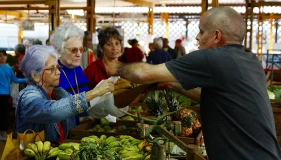 Los mercados de oferta y demanda son los que se mantienen abastecidos, pero con precios superiores. En la imagen, el agro de 19 y B. Foto: José Raúl Concepción/Cubadebate.