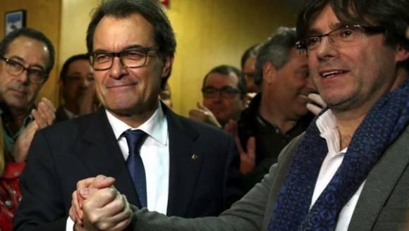 El presidente catalán en funciones, Artur Mas (i), estrecha la mano del alcalde de Girona, Carles Puigdemont. Foto: EFE.