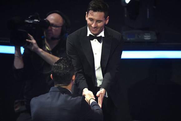 CR7 felicita a Messi. Foto: FIFA.