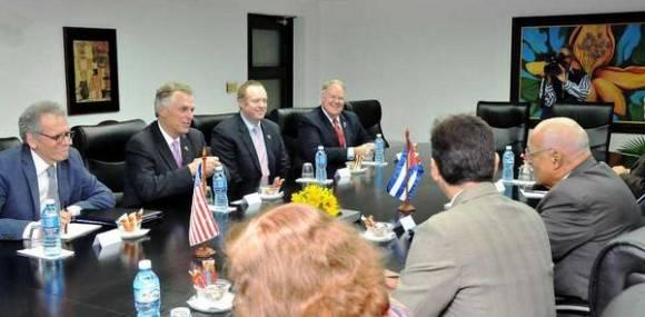 Conversaciones de Ricardo Cabrisas Ruíz (CD), Vicepresidente del Consejo de Ministros,  con el Gobernador del Estado de Virginia, Terry MacAuliffe (CI), en el Consejo de Ministros, en La Habana, Cuba, el 4 de enero de 2016.  Foto: Jorge Luis González / Granma