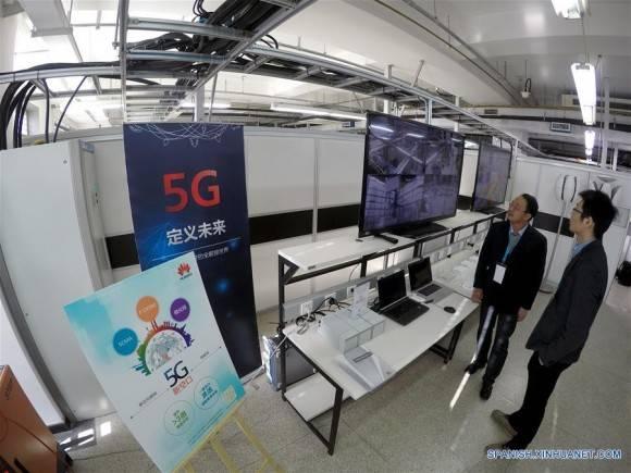 Los trabajadores en el Laboratorio de Innovación 5G en la Academia China de Investigación de las Telecomunicaciones en Beijing, capital de China, 07 de enero de 2016. China, lanzó el jueves experimentos para la investigación y desarrollo de la tecnología 5G. Foto: Xinhua