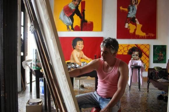 Un pintor cienfueguero trabajando en su estudio. Foto:  Christopher Muther Globe Staff