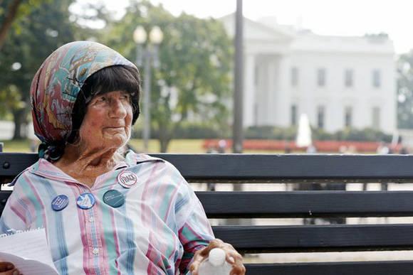 Conchita Picciotto, la española que protestó durante décadas frente a la Casa Blanca, murió a los 80 años. Foto: AP.