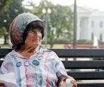 Conchita Picciotto, la española que protestó durante décadas frente a la Casa Blanca, murió a los 80 años. Foto Ap