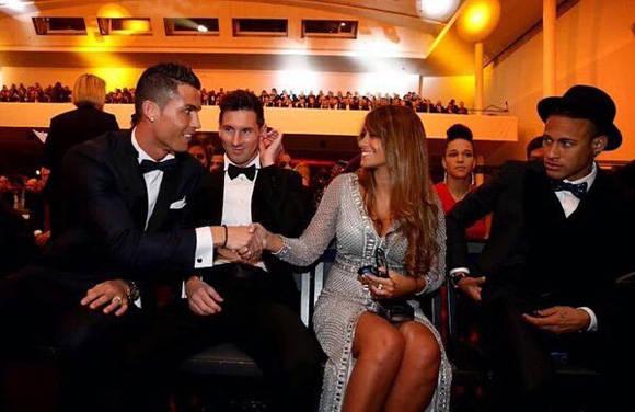 Cristiano conoce a la esposa de Messi Foto @alex_spietzer.
