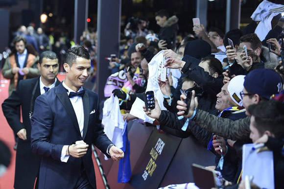 Cr7 firma autógrafos antes de entrar a la Gala. Foto: @Cristiano.