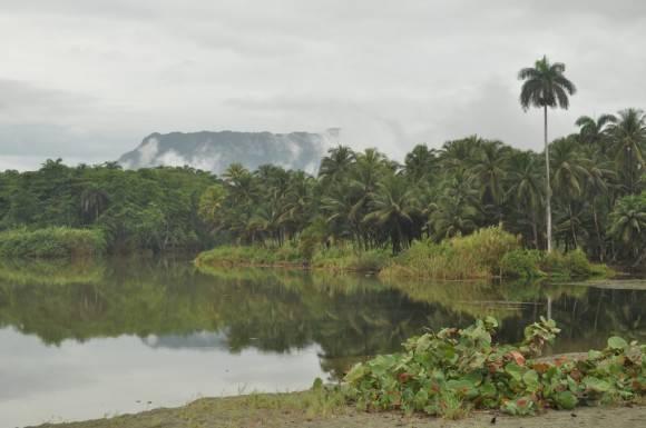 Desembocadura rio Duaba al fondo el Yunque de Baracoa  Foto: Henry Delgado(espeleólogo matancero) / Cubadebate