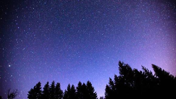 El lugar de observación tiene que estar despojado de árboles y con un cielo oscuro.