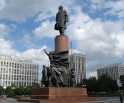 Estatuas de Lenin frente al pabellón 1 del VNDJ y en la plaza Kaluzhskaya